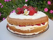 Tort z truskawkami i białą czekoladą