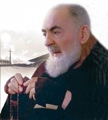 """""""Tym się zwycięża szatana"""" – wyjaśniał ojciec Pio, biorąc do ręki r..."""