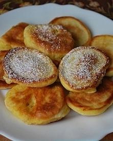Placki z serka Danio❤️.... serek homogenizowany [1 op.] (Danio 150g) jajka [1 szt.] mąka [3 łyżki] proszek do pieczenia [1 szczypta] tłuszcz (do smażenia) Przygotowanie: Do misk...