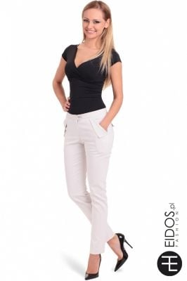 Dopasowana bluzeczka biała lub czarna, Pięknie eksponuje biust. Wykonana z bardzo dobrego jakościowo, elastycznego materiału.  Sklep Allettante.pl