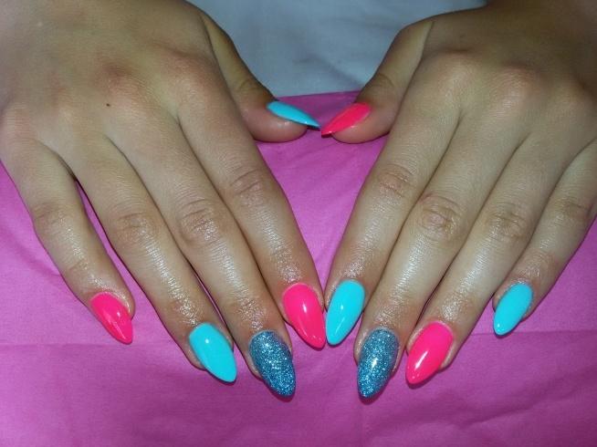 Dla mnie o dziwo za szalone, ale siostra zachwycona tymi szponami w hardcorowych kolorach:) Dla każdego co innego :3
