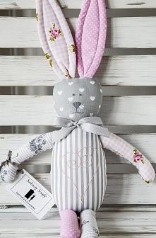 Popielato-różowy króliczek z haftowanym brzuszkiem.Serdecznie polecam wyjątkowe przytulanki na zamówienie.