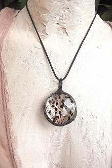 Drzewo pełne nasion, to kwiat bzu czarnego w kolejnej fazie rozwoju tworzących się nasion. Acoya Jewellery.