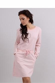 Mięciutka sukienka damska uszyta z bawełnianego, dresowego materiału. W pasie ma wszyty ściągacz ze sznureczkiem, zaznaczające wcięcie w talii. Kieszenie po bokach podkreślają j...