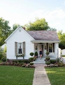 Typowy mały domek w amerykańskim stylu - zainspiruj się! Biały domek z ogródk...