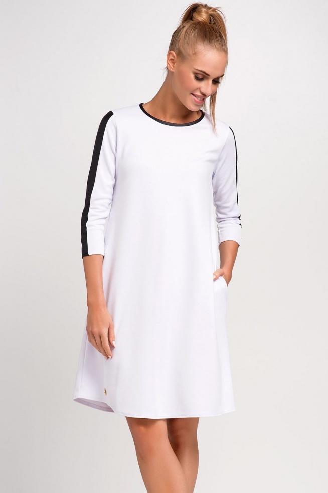 Biała modna sukienka na lato. Lekko trapezowy krój, dekolt okrągły, rękaw o długości 3/4, po bokach kieszenie, modne wstawki z eko-skóry, luźny, swobodny fason.  Sklep Allettante.pl dział Odzież damska, Sukienki dzienne