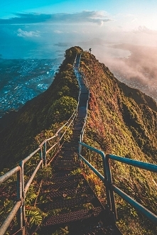 Schody Haʻikū, znane również jako Schody do Nieba lub Drabina Haʻikū – strome, 3922-stopniowe schody ze stali wiodące przez łańcuch górski Koʻolau na wyspie Oʻahu, na Hawajach