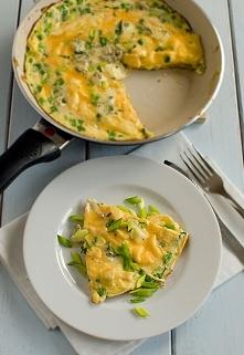 Omlet wiosenny zółto-zielony z serem pleśniowym
