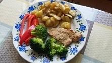 pomysł na obiad ziemniaki smażone na patelni bez tłuszczu, brokuły, papryka, mięso duszone