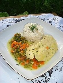Filet z kurczaka w sosie z marchewką, groszkiem i koperkiem