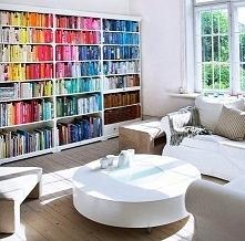 Książki ustawione kolorystycznie wyglądają niesamowicie!