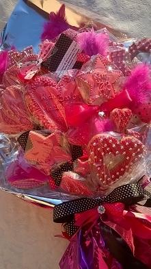 Bukiet z pierniczków na zakończenie roku dla wychowawczyni mojej córki. Utrzymany w kolorach amarantowo-różowym.