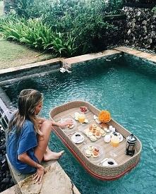 śniadanie w ogrodzie