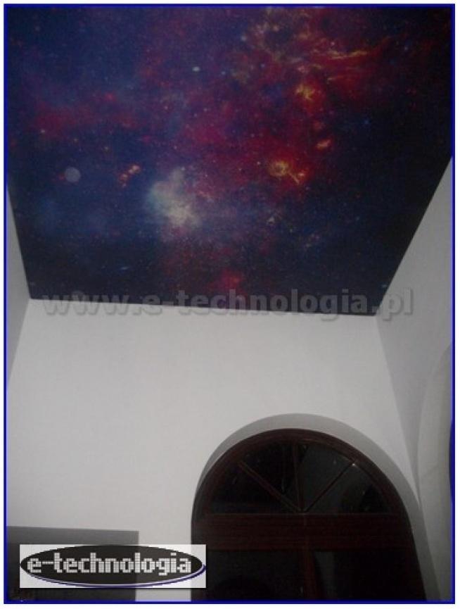 Oświetlenie korytarza sufitem napinanym z nadrukiem Galaktyki to ciekawe rozwiązane na pomysłowy, dekoracyjny, niecodzienny korytarz. Przedpokój, korytarz, hol, to miejsce przechodnie, często bagatelizowane. Piękny sufit napinany z nadrukiem kosmosu, gwiazd, nieba, galaktyki sprawi, że od progu wnętrze stanie się niezwykły. Podświetlany sufit z wybranym przez siebie zdjęciem - nadrukiem jest piękną dekoracją nadającą się na korytarz, a także do innych wnętrz. Oświetlenie dekoracyjne do korytarza za pomocą sufitu napinanego jest świetną inspiracją na swój własny projekt korytarza.  e-technologia.pl