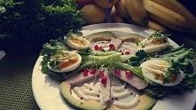 Salatka na Noc :) -2 jajka -Gotowana piers z indyka -pol awokado -Owoc Granatu -Jogurt sojowy -Salata,rzezucha Zapraszam do posmakowania :) Smacznego !