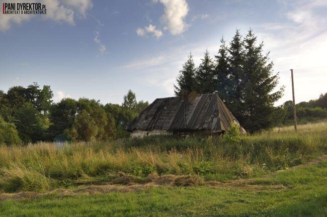 Malownicza chatka na skraju lasu - zobacz jak wygląda drewniana chyża chata łemkowska w Szklarach i zainspiruj się! Po więcej zdjęć zapraszam na bloga Pani Dyrektor.
