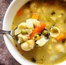 Zupa jarzynowa z makaronem Składniki: woda 3,5l mrożone warzywa (brokuly, kalafior, fasolka, groszek, kukurydza, bób). 2-3 marchewki 5 ziemniaków 1 cebula 3 kostki rosołowe Maka...