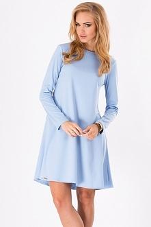 Stylowa sukienka w romantycznym stylu. Dekolt półokrągły, sukienka ma rozkloszowany krój, na kształt trapezu. Sukienka posiada długi rękaw. Tył delikatnie wydłużony, z tyłu zapi...