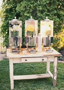 stół z lemoniadami, idealny na letnie wesele :)