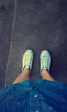 stylowo ;)  trampki i sukienka jeans