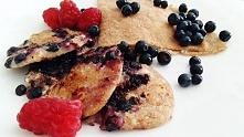 Zdrowy i prosty przepis na śniadanie lub podwieczorek. Placki z jagodami i twarogiem - sycący, słodki, zdrowy posiłek.