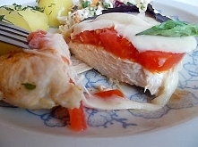 Filet kurczaka z mozzarellą i pomidorem.