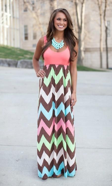 Długa maxi sukienka, geometryczne wzory. Po kliknięciu w