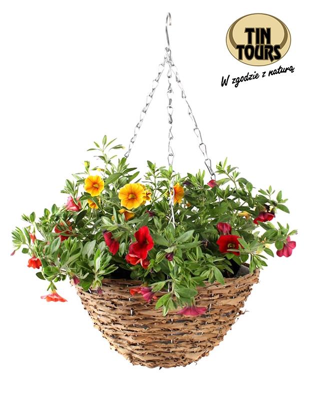 Wiklinowy wiszący kosz na kwiaty nada każdemu ogrodowi wyjątkowego czaru!
