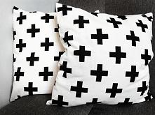 Poszewki, czarne plusy na białym tle. Idealnie pasują do nowoczesnych wnętrz i młodzieżowych. Produkt nowy, tkanina bawełna 100%, 140g.  Wymiary 40 x 40, zamek błyskawiczny. Kom...