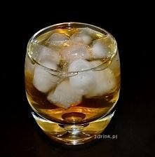 Kodeks Napoleona Składniki: 50 ml wódki gruszkowej 30 ml ginu 120 ml soku jabłkowego szczypta cynamonu kilka kostek lodu Przygotowanie: Składniki wstrząsam w shakerze, wlewam do...