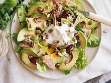 Sałatka z tuńczykiem, awokado i jajkiem w koszulce / Tuna, avocado and egg salad
