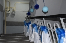 Dekoracja ślubna: Biały materiał 2x 0.75mx10m 6kul z organzy 4kule styropianowe 12kokard 1,5mx0,15m Cena: 60zł