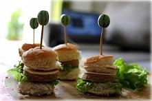 Bułkę, mięso i ser żółty wycinać kieliszkami do wina. Złożyć hamburgery i zapiekać około 5 minut.