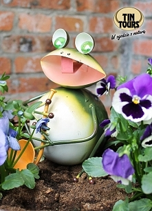 Metalowa żaba z trąbką