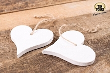 Drewniane zawieszki serca na jutowym sznurku wykorzystacie na wiele różnych sposobów, np. do dekoracji i ozdobienia prezentu!