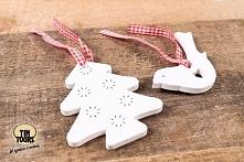 Drewniane zawieszki na dekoracyjnej tasiemce wykorzystacie na wiele różnych sposobów, np. do dekoracji i ozdobienia prezentu!