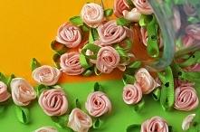 Malutkie różyczki z satynowej wstążki.