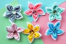 Wstążkowe kwiatki z kryształkiem w środku. W sam raz do opaski na włosy, albo innego rodzaju rękodzieła.