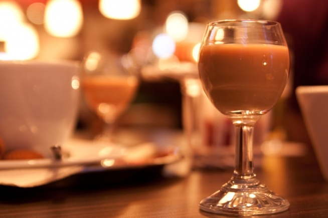 Przepyszny domowy likier o wyraźnej nucie ziaren kawy. Kliknij zdjęcie, aby przeczytać przepis na kawa.pl