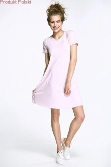 Zwiewna sukienka wykonana z naturalnego delikatnego materiału. Idealna na każdą okazję.  Sukienka posiada na plecach kokardę. Występuje w kilku kolorach.