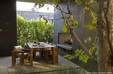 Kominek zewnętrzny i miejsce do wypoczynku. Stół na zewnątrz domu, ciekawie z...