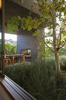 Zieleń przy domu, nowoczesny ogród, kominek na zewnątrz domu, zewnętrzny komi...