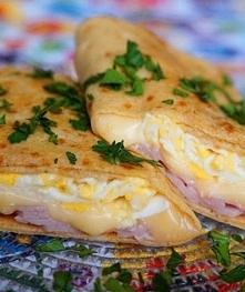 krokiety śniadaniowe z szynka , jajkiem i serem żółtym . 1 jajko 1/2 szklanki wody 1/2 szklanki mleka 1 szklanka niecała mąki z samopszy od BioBagińskich 1 szczypta soli 4 łyżki...