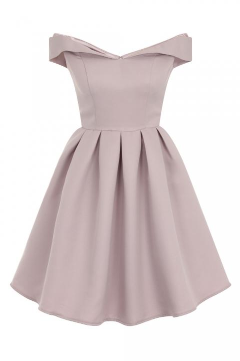 rozkloszowana sukienka z odkrytymi ramionami