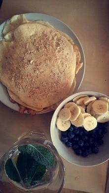 najlepsze obiady :) nalesniki z platkami owsianymi, borowkami amerykanskimi i bananem plus oczywiscie woda nirgazowana z mieta i cytryna :)
