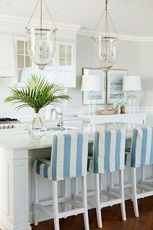 dekoracja kuchni w stylu Hampton wysokie stołki, piękne oświetlenie