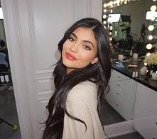 Kylie pozująca w najnowszym błyszczyku Kristen.