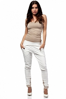 Dresowe spodnie z lamówką i mankietami z ekologicznej skóry. Mankiety zapinan...