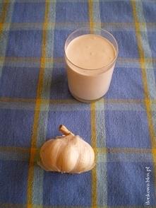 Sos czosnkowy  Składniki:      2-3 ząbki czosnku (możecie dać więcej, jeśli lubicie)     200 ml gęstego jogurtu naturalnego (lub śmietany 18%)     200 ml majonezu     1 płaska ł...