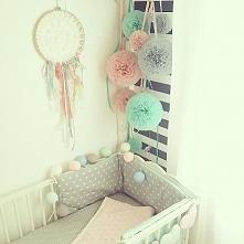 pompony z tiulu w pokoju dziecięcym